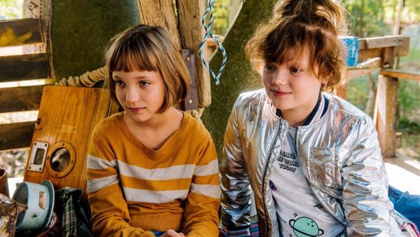 Lotta (Meggy Hussong, l.) und Cheyenne (Yola Streese, r.) in ihrem Club-Baumhaus beraten sich über die Einladung von Berenike.   Rechte: ZDF/wild bunch/Martin Rottenkolber