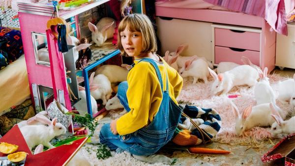 Lotta (Meggy Hussong) wünscht sich unbedingt ein Haustier, ob Cheyenne ihr eines ihrer Kaninchen abgibt?   Rechte: ZDF/wild bunch/Martin Rottenkolber