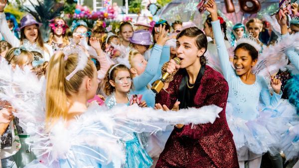 Die Gäste flippen aus. Dank Lotta, singt Superstar Marlon (Lukas Rieger, M.) auf Berenikes (Laila Ziegler, l.) Party.   Rechte: ZDF/wild bunch/Martin Rottenkolber
