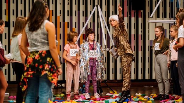 Lotta (Meggy Hussong, 3.v.l.) und Cheyenne (Yola Streese, M.) werden vom Vortanzen für einen Song mit Superstar Marlon, rausgeschmissen.   Rechte: ZDF/wild bunch/Martin Rottenkolber