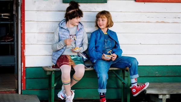 Lotta (Meggy Hussong, r.) und Cheyenne (Yola Streese, l.) lieben Pommes mehr als rosa Kitsch-Törtchen. | Rechte: ZDF/wild bunch/Martin Rottenkolber