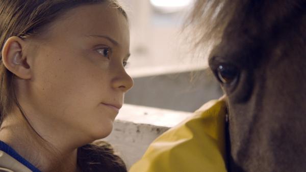 Greta hat ein besonders inniges Verhältnis zu Tieren – seien es Pferde oder ihr Hund.   Rechte: WDR/B-Reel Films