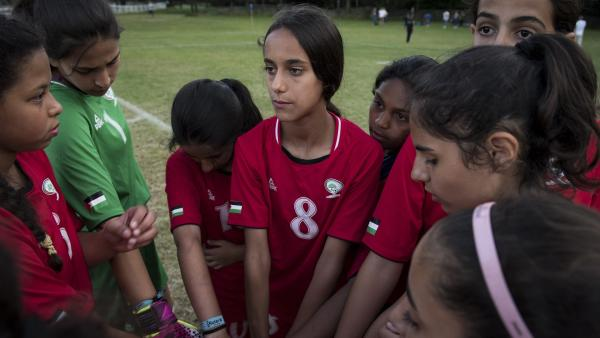 Afnan ist die Nummer 8 der palästinensischen Mädchenmannschaft.   Rechte: SWR/Eirik Linder Aspelund