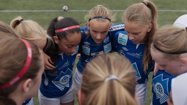 Anna (Mitte) schwört ihre Mannschaft auf das nächste Spiel ein.   Rechte: SWR/Håvard Fossum