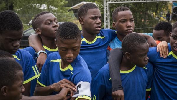 Khalidi (Mitte) spielt bei Regen oder Sonnenschein für die Mannschaft aus Tansania.   Rechte: SWR/Eirik Linder Aspelund