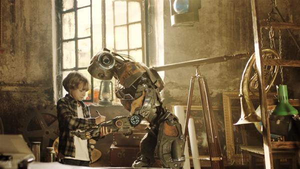 Mitja (Daniil Muraviyov-Izotov) freundet sich mit dem getürmten Rettungsroboter Robo an und versteckt ihn auf dem Dachboden. | Rechte: MDR/Capelight Pictures