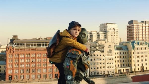 Gemeinsam flüchten Mitja (Daniil Muraviyov-Izotov) und Robo vor ihren Verfolgern. | Rechte: MDR/Capelight Pictures