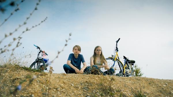 Ben (Yoran Leicher) und Isa (Julia Hirt) blicken auf den Tagebau, der bald ihr Heimatdorf zerstören wird. | Rechte: NDR/Weydemann Bros.GmbH/Monika Plura