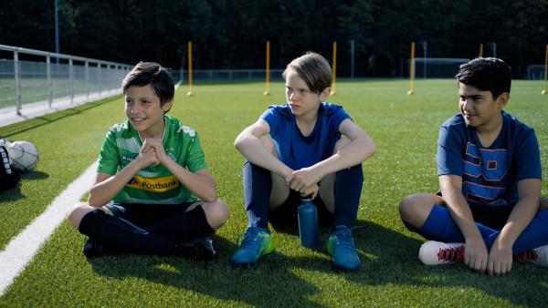 Ben (Yoran Leicher) erfährt, dass er beim nächsten Spiel auf der Bank sitzen wird, Tariq (Sobhi Awad) hingegen wird zum ersten Mal als Stürmer eingesetzt. | Rechte: NDR/Weydemann Bros.GmbH/Monika Plura