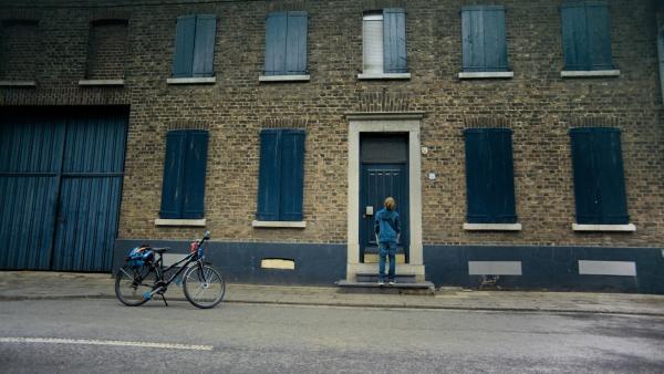 Ben (Yoran Leicher) fährt in sein Heimatdorf zu seinem alten Haus, das bald abgerissen werden soll. | Rechte: NDR/Weydemann Bros.GmbH/Monika Plura