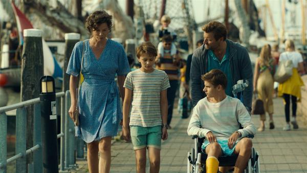Der zehnjährige Sam (Sonny van Utteren, 2. von links) verbringt seine Ferien mit seiner Mutter Mara (Suzan Boogaerdt, links), seinem Vater Gijs (Tjebbo Gerritsma, rechts) und seinem großen Bruder Jore (Julian Ras, sitzend) auf einer niederländischen Insel. | Rechte: MDR/Bind/Ostlicht Filmproduktion/Sal Kroonenberg