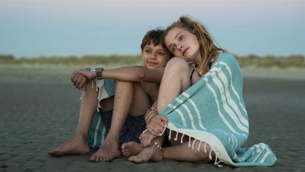 Tess (Josephine Arendsen) und Sam (Sonny van Utteren) freunden sich an und verbringen viel Zeit miteinander. Doch Tess verbirgt ein Geheimnis.   Rechte: MDR/Bind/Ostlicht Filmproduktion/Sal Kroonenberg