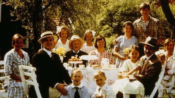 Wenn das Vögelchen aus der Kamera kommt, müssen alle lächeln. Das Foto wird eine schöne Erinnerung an den Tag bleiben, an dem der Großvater 80 wurde. | Rechte: ZDF/Taurus