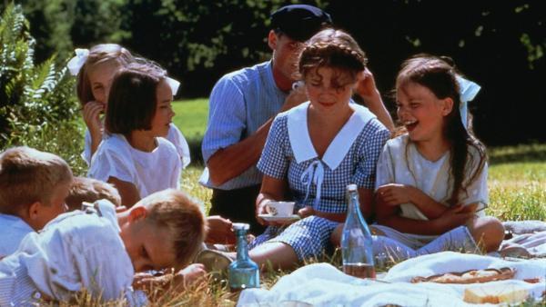 Agda (Louise Raeder, Mitte) erzählt den Kindern, dass man in der Mittsommernacht über neun Zäune klettern, neun Blumen pflücken und dann unter seinem Kopfkissen verstecken muss. Dann träumt man von dem, den man einmal heiraten wird! | Rechte: ZDF/Taurus