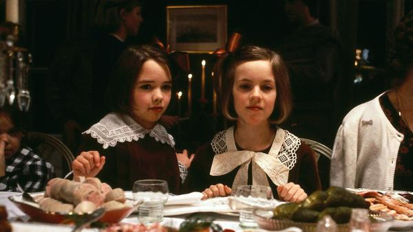 Inga (Anna Sahlin, re.) und Britta (Ellen Demerus) können gar nicht verstehen, dass die Erwachsenen an Weihnachten immer so viel essen müssen. | Rechte: ZDF/Taurus