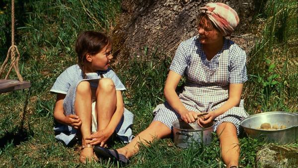 Lisa (Linda Bergström, li.) hört immer fasziniert zu, wenn die Magd (Agda Louise Raeder, re.) eine Geschichte erzählt. | Rechte: ZDF/Taurus