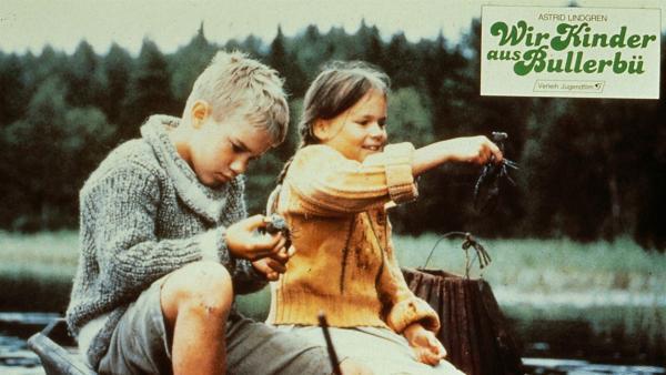 Krebse sind schon faszinierende Geschöpfe. Lasse (Crispin Dickson-Wendenius, li.) und Lisa (Linda Bergström) wollen sie am Abend aber trotzdem essen, auch wenn sie so traurige Augen haben. | Rechte: ZDF/Taurus