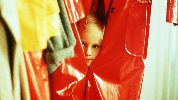 Lotta (Grete Havneskjøld) versteckt sich im Regenmantel, um ihren Vater zu überraschen. | Rechte: ZDF/Jan Rydqwist