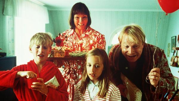 An Lottas fünftem Geburtstag wird sie von der Familie mit Geschenken und einem Geburtstagslied geweckt. (v.li.n.re.: Jonas (Martin Andersson), Mama (Beatrice Järås), Mia (Linn Gloppestad) und Papa (Claes Malmberg). | Rechte: ZDF/Jan Rydqwist