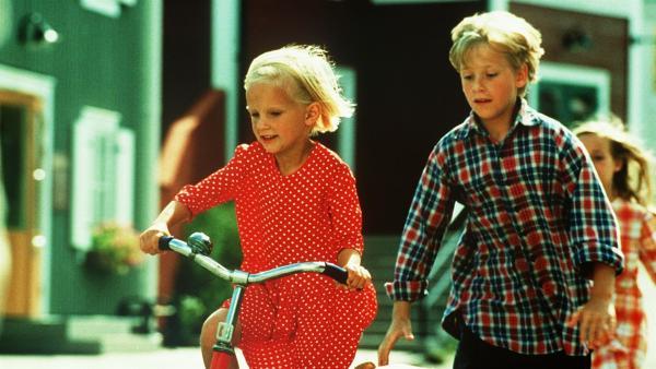Lotta (Grete Havneskjøld) hat doch noch ein Fahrrad zum Geburtstag bekommen. Jonas (Martin Andersson) hilft ihr beim Fahrenlernen. | Rechte: ZDF/Jan Rydqwist