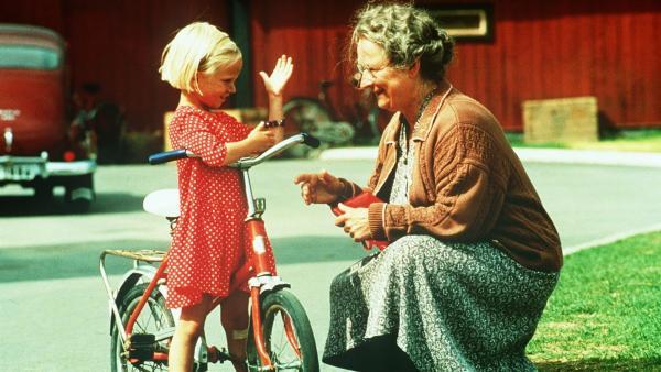 Stolz zeigt Lotta (Grete Havneskjøld, li.) Tante Berg (Margreth Weivers) das neue Fahrrad. | Rechte: ZDF/Jan Rydqwist