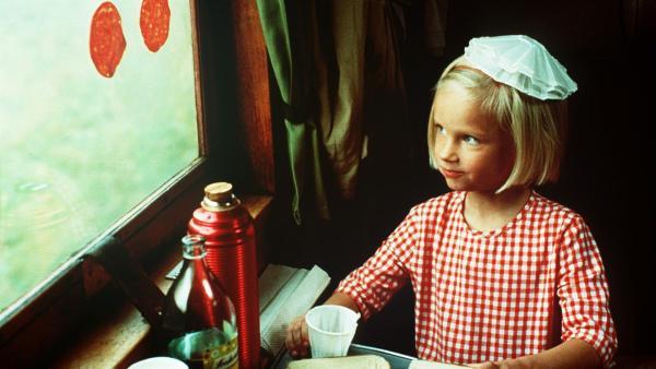 Auf der Bahnfahrt zu den Großeltern klebt Lotta (Grete Havneskjøld) Wurstscheiben ans Fenster. | Rechte: ZDF/Jan Rydqwist
