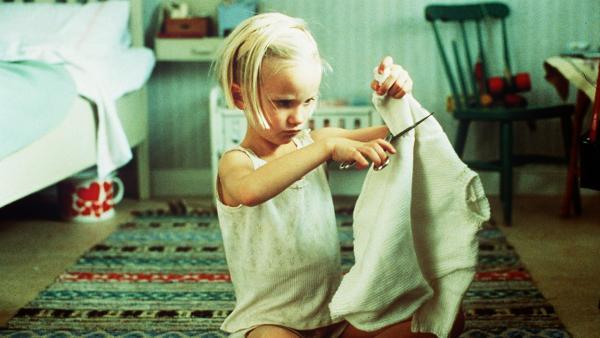 Da der Pullover kratzt, zerschneidet ihn Lotta (Grete Havneskjøld) mit einer Schere. | Rechte: ZDF/Jan Rydqwist
