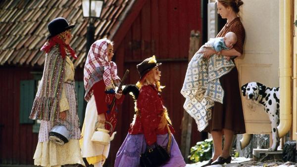 Zu Ostern gehen Jona, Mia und Lotta als Hexen verkleidet von Haus zu Haus, um Süßigkeiten zu sammeln. (V.li.n.re.: Martin Andersson, Linn Glopestedt, Grete Havneskjøld). | Rechte: ZDF/Jan Rydqwist