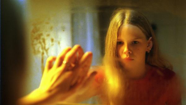 Marie (Ricarda Ramünke) würde gern ihr Spiegelbild erkennen können, um zu sehen, wie sie eigentlich aussieht.   Rechte: ZDF/Joseph Wolfsberg
