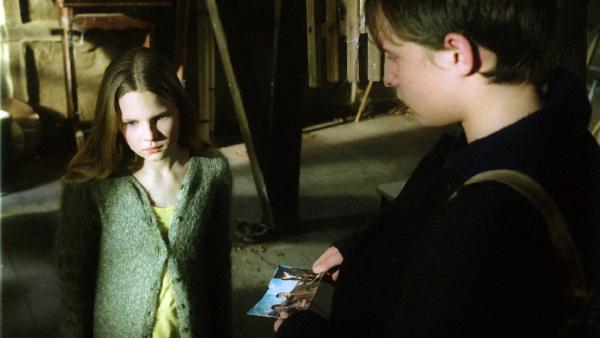 Herbert (Oleg Rabcuk) zeigt Marie (Ricarda Ramünke) ein Foto von seinem Zuhause in Russland.   Rechte: ZDF/Joseph Wolfsberg