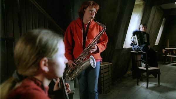 Inga (Marie Rother, hinten mit Saxophon) und Marie (Ricarda Ramünke, vorn) spielen für einen Wettbewerb einer Band vor.   Rechte: Joseph Wolfsberg