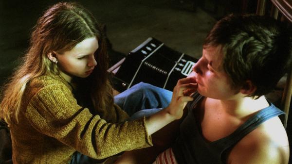 """Marie (Ricarda Ramünke) demonstriert Herbert (Oleg Rabcuk) wie Blinde sich gegenseitig """"ansehen"""" - indem sie sich gegenseitig ihre Gesichter abtasten.   Rechte: Joseph Wolfsberg"""