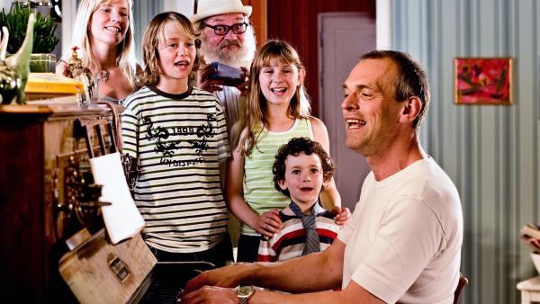 Vater (Niels Olsen, sitzend), Per (Kasper Kesje, vorn stehend), Søs (Sidse Mickelborg, 1.v.li.), Mie (Kathrine Bremerskov Kaysen, 4.v.li.), Ole (Jakob Wilhjelm Poulsen, 2.v.li. stehend) und Onkel Anders (Jess Ingerslev, hinten stehend)   Rechte: KiKA/Christoffer Regild