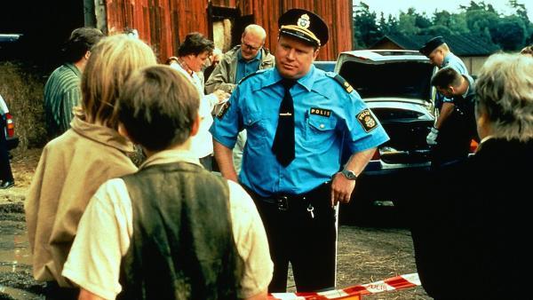 Der Polizist Björk (Claes Malmberg) sorgt dafür, daß Anders (Totte Steneby, li.) und  Kalle (Malte Forsberg) den Tatort nicht betreten. | Rechte: ZDF/Taurus