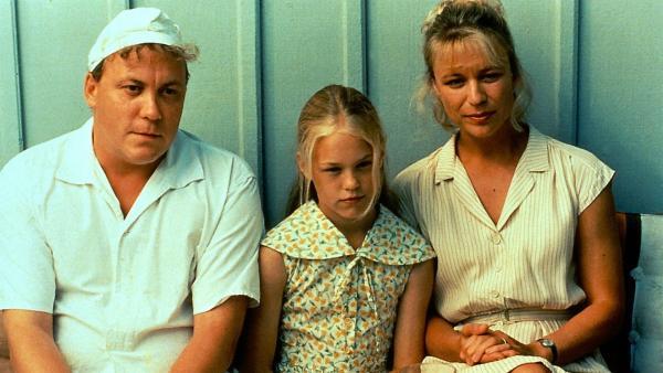 Eva-Lotta (Josefin Arling, Mitte) hat den Ermordeten vor der Villa entdeckt. Als die Polizei sie befragt, stehen ihr Vater (Leif Andrée) und ihre Mutter (Catherine Hansson) zur Seite. | Rechte: ZDF/Taurus