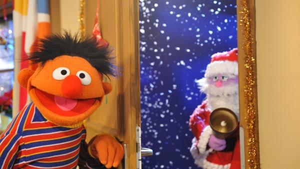 Ernie freut sich riesig über den Besuch des Weihnachtsmanns. | Rechte: NDR/Boris Laewen