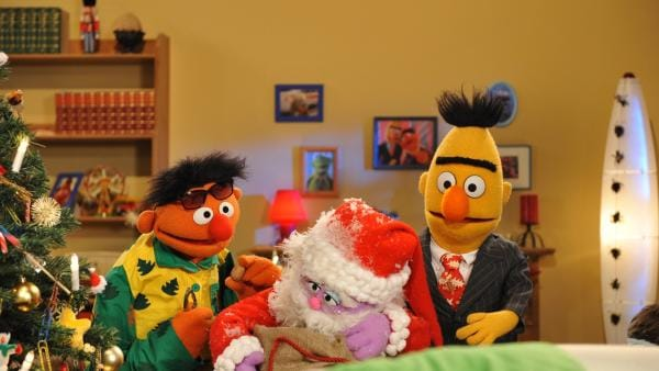 Ernie (li.) und Bert (re.) freuen sich riesig über den Besuch des Weihnachtsmanns (Mi.). | Rechte: NDR/Boris Laewen