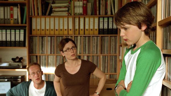 Martin (Johann Hillmann) ist alles andere als ein Gewinner. Nach dem Verweis von Lehrer Altmann im heimischen Arbeitszimmer wird er von seinen Eltern zur Rede gestellt. | Rechte: RBB/Joseph Wolfsberg