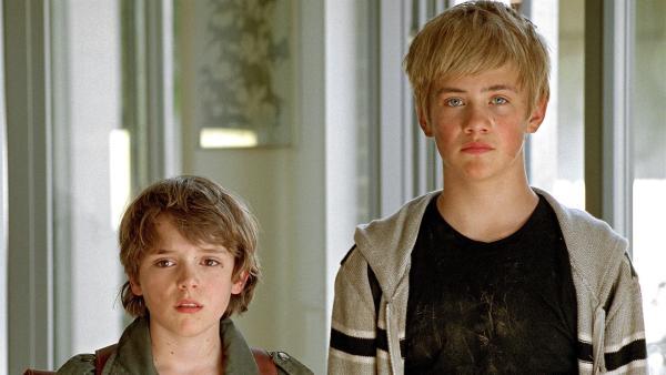 Martin (Johann Hillmann, li.) eröffnet seinen Eltern, dass sein cooler Freund Oliver (Konrad Baumann, re.) einige Tage bei ihnen wohnen wird. | Rechte: RBB/Joseph Wolfsberg