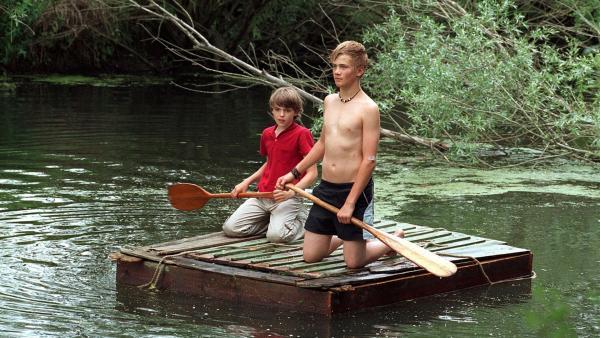 Martin (Johann Hillmann) und Oliver (Konrad Baumann) genießen den Sommer auf dem selbstgebauten Floß. | Rechte: BR/Kinderfilm/Wolfsberg
