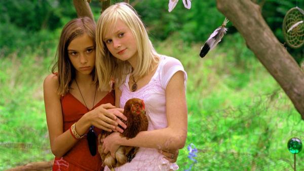 Wilma (Jette Hering, li.) zeigt Leonie (Svea Bein) wie weich sich die Hühner anfühlen. Da kommen Fred und Sprotte unverhofft dazu. | Rechte: ZDF/Rolf von der Heydt