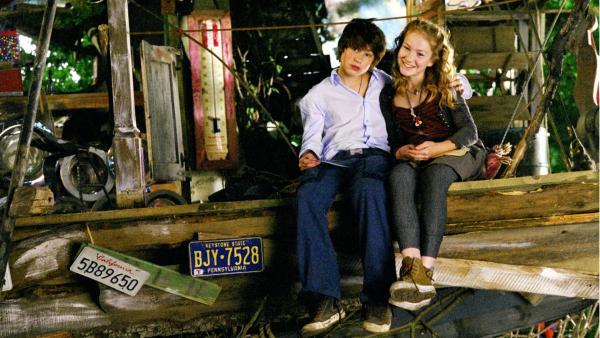 Fred (Jeremy Mockridge) und Sprotte (Michelle von Treuberg) sind allein im Baumhaus der Pygmäen. | Rechte: ZDF/Rolf von der Heydt