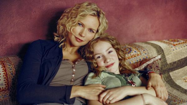 Alleine mit ihrer Mutter (Veronica Ferres) findet Sprotte (Michelle von Treuberg) es eigentlich am schönsten. Es passt ihr gar nicht, dass ihr Vater nach 13 Jahren pötzlich wieder auftaucht. | Rechte: ZDF/Rolf von der Heydt