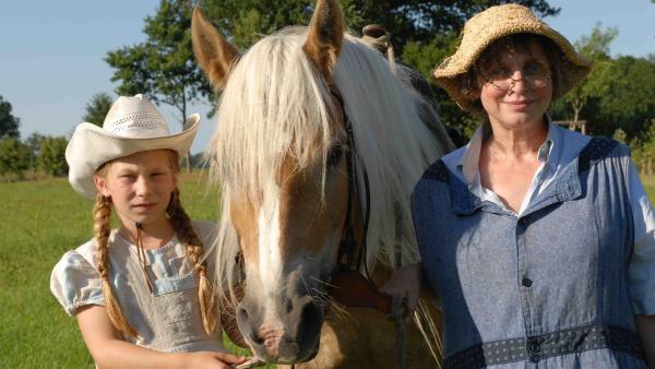 Emma (Zoe Mannhardt), Pferd Mississippi und Großmutter Dolly (Katharina Thalbach) | Rechte: ZDF/Wolfgang Jahnke
