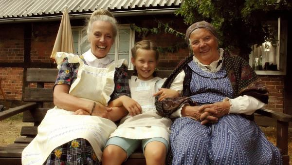 Emma (Zoe Charlotte Mannhardt) sitzt zwischen den Freundinnen ihrer Oma: Henriette (Heidi Mahler, li.) und Martha (Heidi Kabel, re.). Hier auf dem Land fühlt Emma sich wohl. | Rechte: ZDF/Wolfgang Jahnke