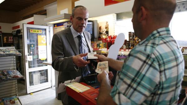 Pa (Niels Olsen ) bezahlt den Totoschein und steckt ihn in sein Portemonnaie. | Rechte: KiKA/Ilse Schoutteten