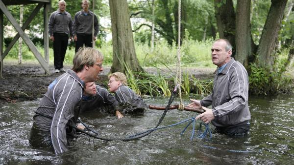 Im Teambuilding-Kurs wird von Pa (Niels Olsen, re. ) und seinen Kollegen alles verlangt. Und: Wer Pa so gemein mobbt, nimmt selbst ein Bad im kühlen Nass. | Rechte: KiKA/Ilse Schoutteten