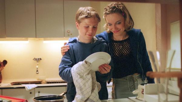 Tobias Baumann (Frederick Lau, li.) und seine Mutter  Anja Baumann (Antje Westermann) | Rechte: MDR/Kinderfilm GmbH/Wolfsberg