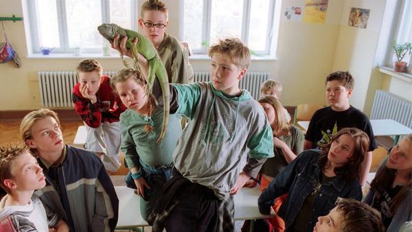 Tobias Baumann (Frederick Lau, Mi.) mit Leguan | Rechte: Kinderfilm GmbH/Wolfsberg