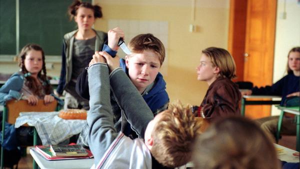 Tobias Baumann (Frederick Lau) wird von seinem Mitschüler Florian (Sven Lubeck) provoziert und zieht ein Messer. | Rechte: MDR/Kinderfilm GmbH/Wolfsberg